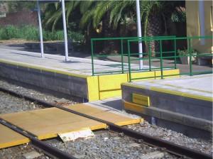 """Foto: Las soluciones de accesibilidad no tienen porqué ser complejas ni de elevado coste. Andén recrecido y paso a nivel """"adaptado"""" en pequeña estación rural."""
